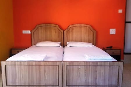 Cute little room near the Baga Beach in Goa :) - Baga Beach - Bungalow