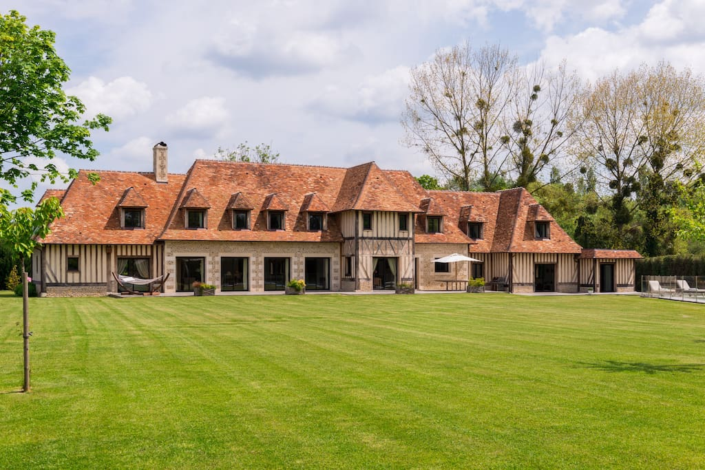 Villa de 600m avec grand jardin et piscine villen zur for Villa avec jardin et piscine