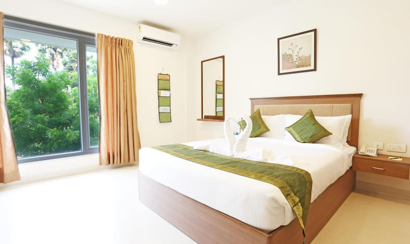One Queen Bed, Flat-screen TV with premium channels, Premium bedding,Private clean  bathroom with Tub, Head Shower and Hand Shower, free toiletries, Air conditioning and daily housekeeping