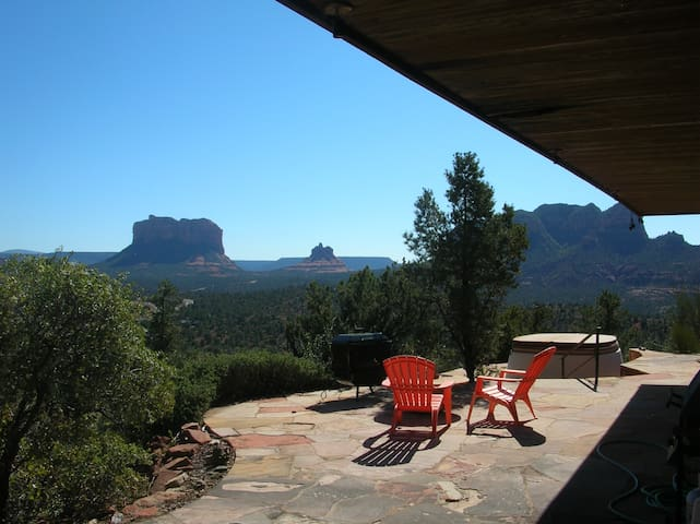Mountain House Overlooking Red Rock Formations - Sedona - House