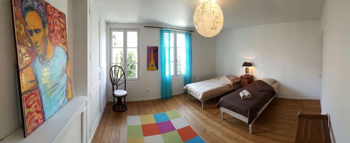 Grande chambre lumineuse - Fontenay-le-Comte - House