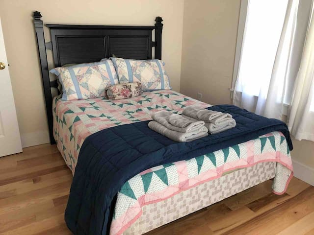Bedroom/ Full size bed