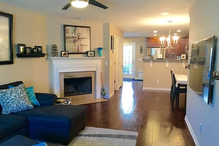 Private Room near Downtown & BNA - Nashville - Reihenhaus