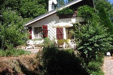 Sunny villa at lakeside - Rumah
