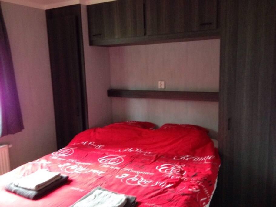 Slaapkamer met tweepers dekbed veel kastruimte