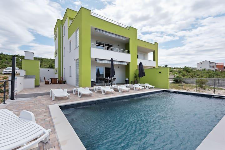 Elegante villa en Jasenice con piscina privada