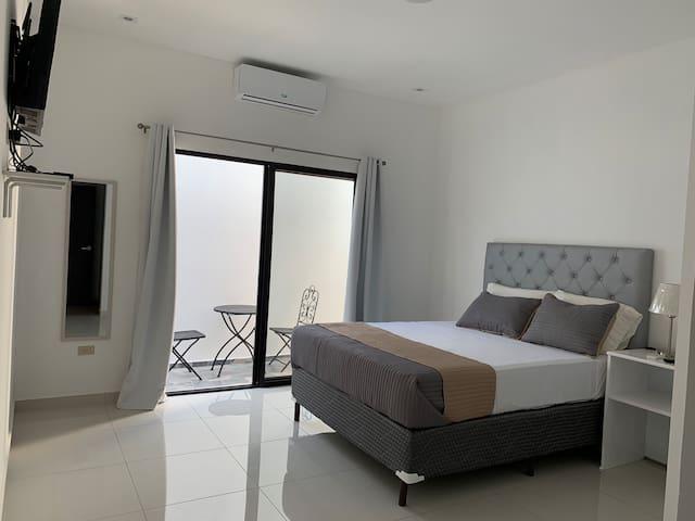 Amplia habitación principal con terraza