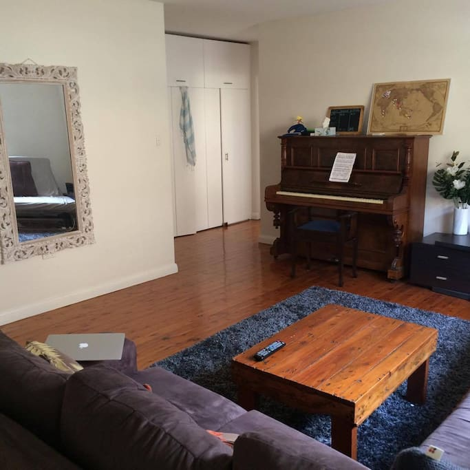 Piano, TV, internet available