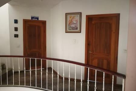 Confortable habitacion privada en casa familiar.1p