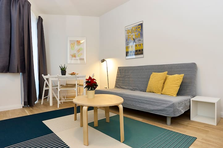 Bright apt at Ku'damm edge, 2 stops from Messe/ICC