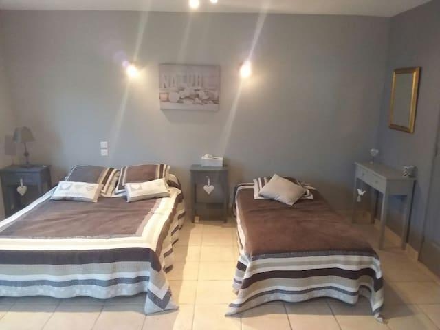 Chambre meublée piscine 4 Personnes - Vendeuvre-du-Poitou, Nouvelle-Aquitaine, FR - Bed & Breakfast