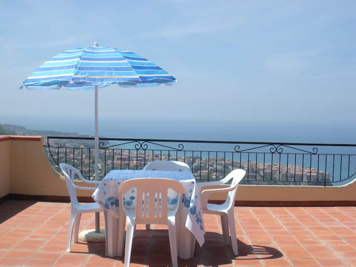 2 bedroom apartment over Tropea, sea views & pool