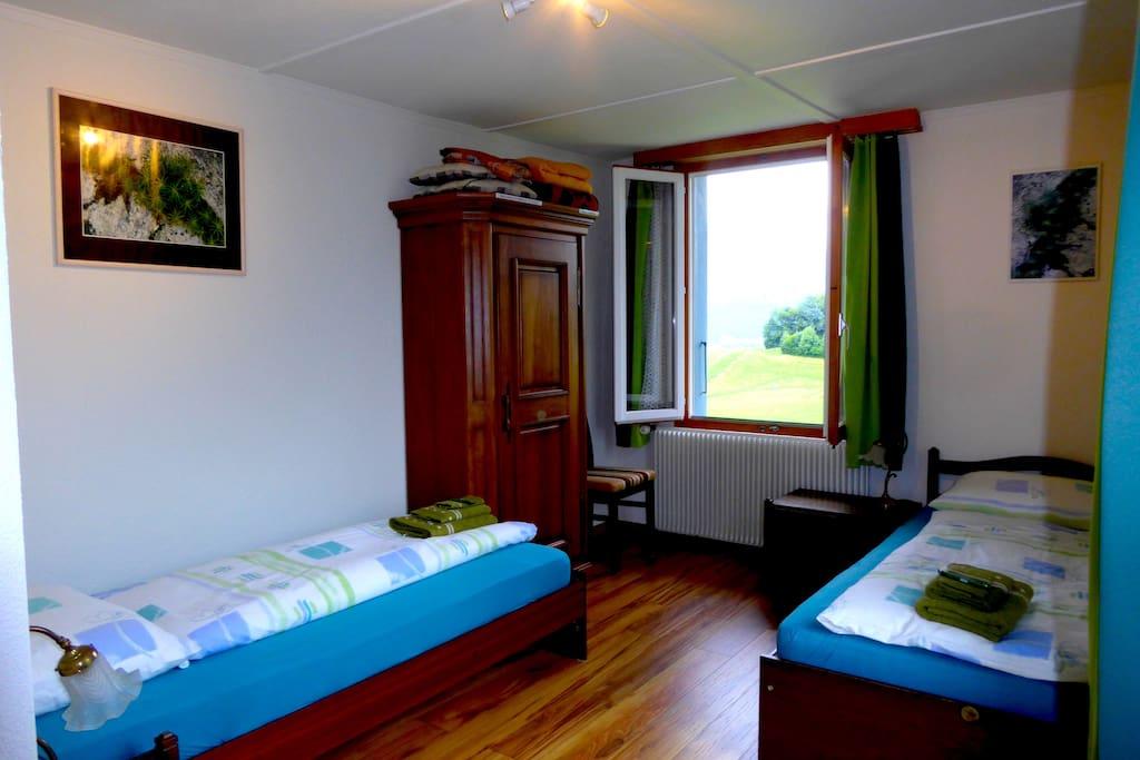Neu renoviertes Doppelzimmer mit 2 Betten.