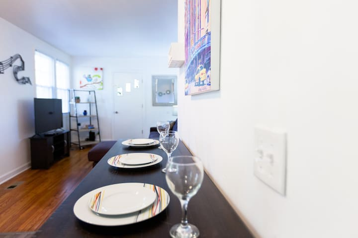 Sunny 2 BDRM Home, minutes to NASCAR and Broadway!