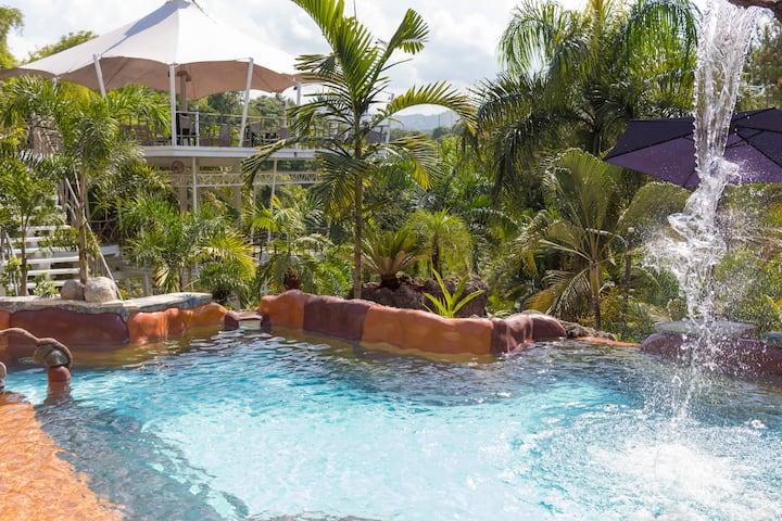 Villa Lola VIP: Private Pool, Jacuzzi, BBQ, Bar.