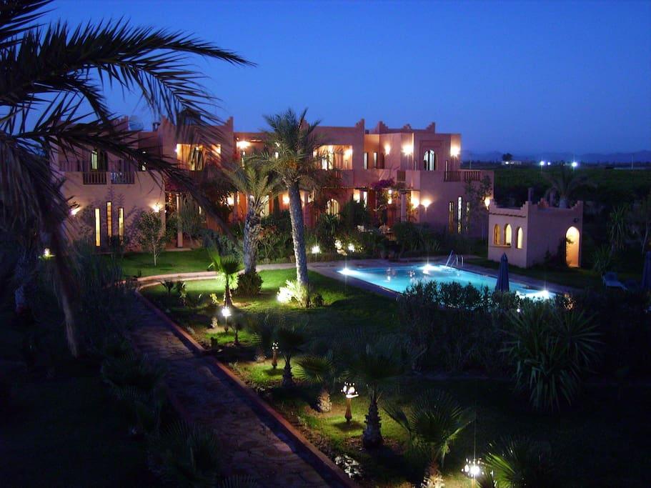 Villa, vue générale de nuit