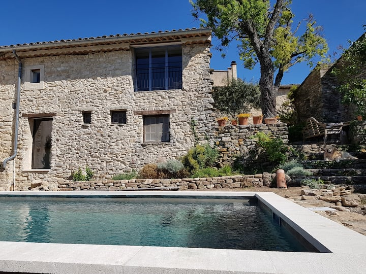 House with a swimming pool s in the Luberon  quiet