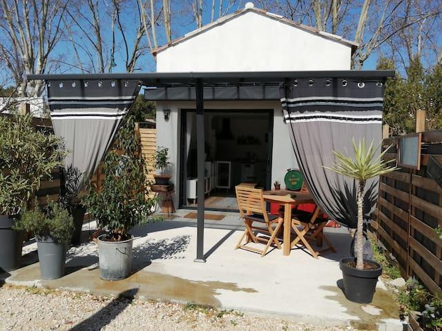 Studio coquet avec terrasse et cours fermée