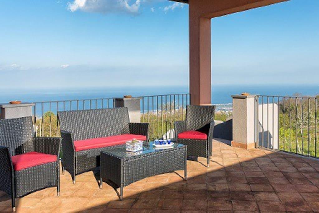 Terrazza con spettacolare vista mare da Taormina al Golfo di Augusta