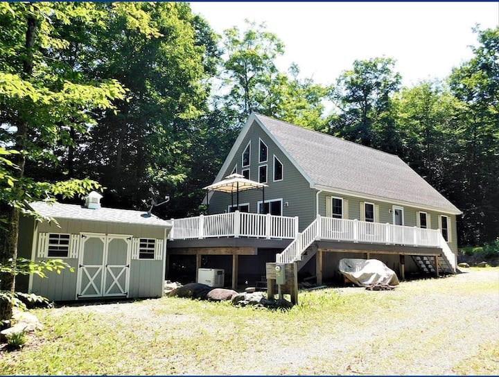Immaculate Chalet Close to Town & Snowmobile Trail