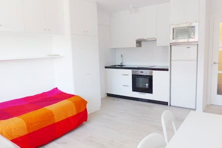 GLAD, BRIGHT, CENTRALLY SITUATED - Apartamento