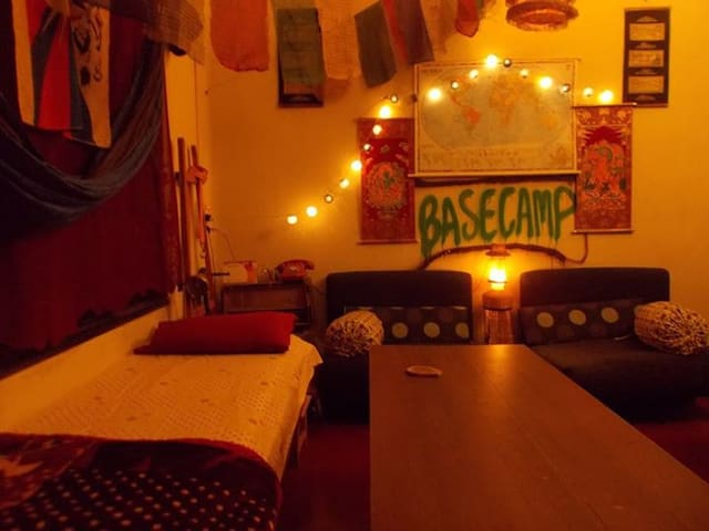 Backpacker Basecamp Rs.650(Sharing) - Kolkata - Bed & Breakfast