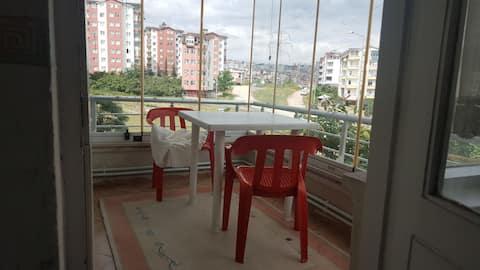 Ücretsiz otopark (her zaman boş yer olur) şehir manzaralı kapanabilen balkonlu şirin site içi daire. (çamaşır bulaşık makinesi, fırın, buzdolabı, klima vs sıcak su vs.)