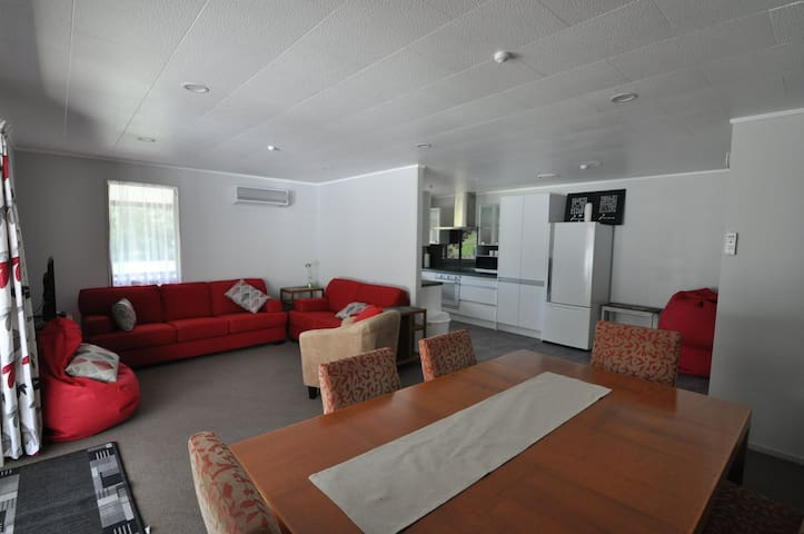 Great for groups + 8beds sleeps11 close to Waitomo
