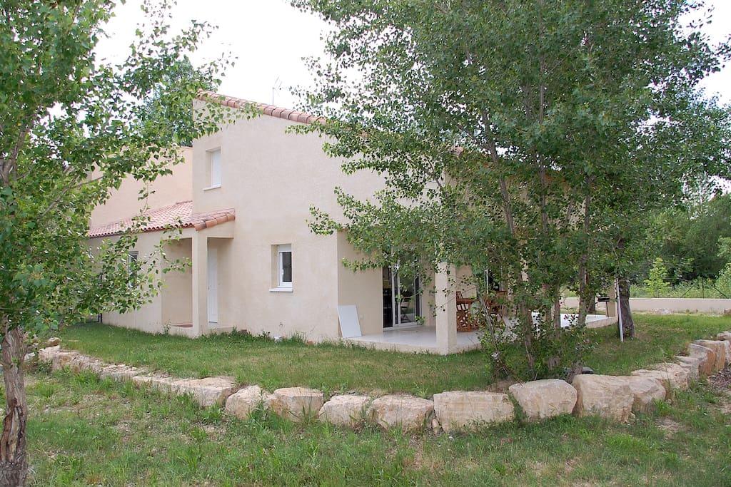 La villa, avec une térrasse ombragée