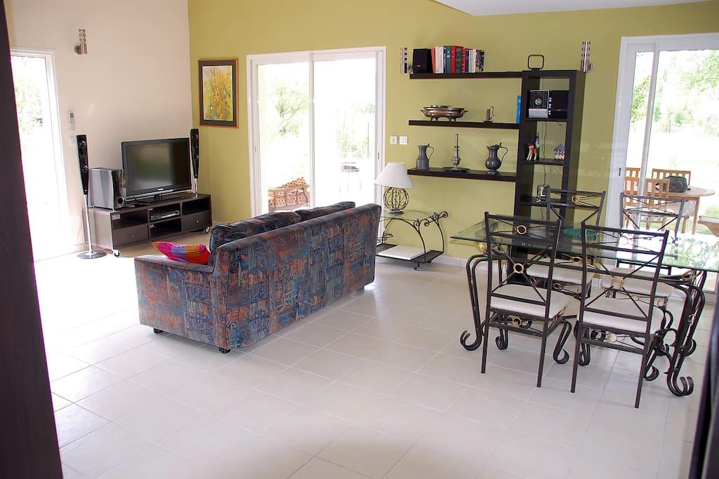 Salon, salle à manger, avec cuisine intégrée, pièce à vivre spacieuse et lumineuse et bien isolée