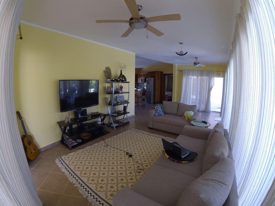 Большой зал,где можно отдохнуть и посмотреть телевизор.