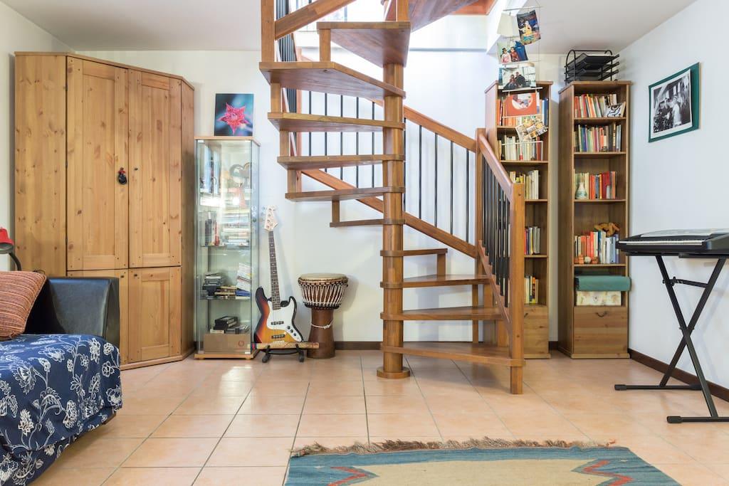 La stanza e l'accesso al piano superiore