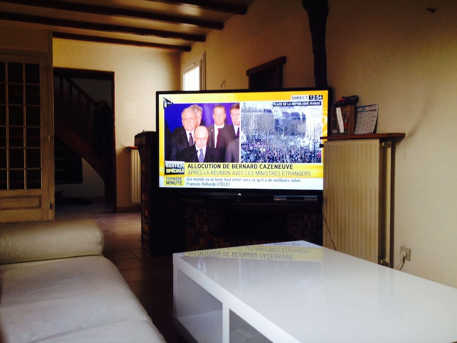 Salon, grand canapé d'angle, Tv écran plat géant avec chaîne du câble et accès internet
