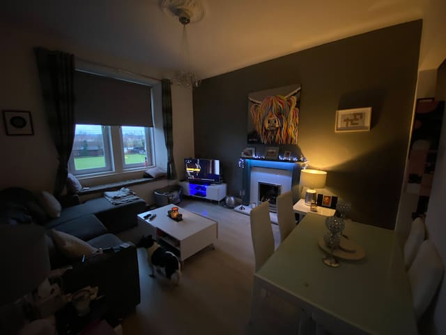Cosy double room close to Glasgow with WIFI & Sky