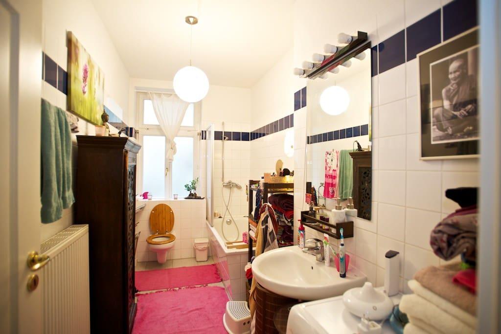 Badezimmer mit Dusche, Wanne und Waschmaschine/Trockner