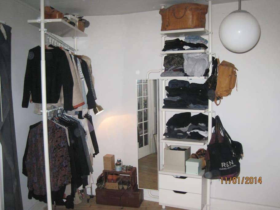 Soveværelset tøjarrangement.