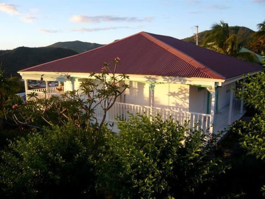 la maison typiquement créoleavec son studio RDJ dans la Villa Blanche