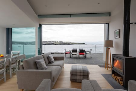 Spectacular cliff-side Retreat - Kilkee - Blockhütte
