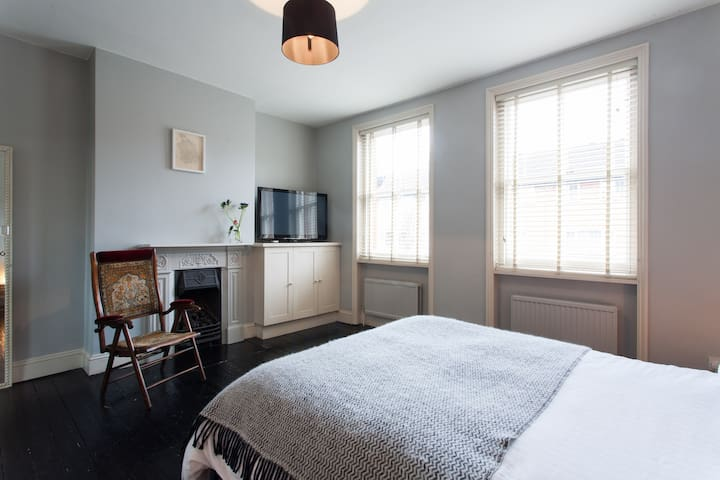 Beautiful Large Room in Family Home - Londres
