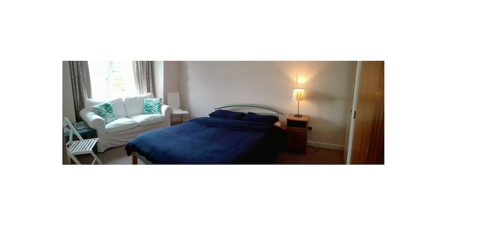 Cozy spacious double room in Rugby