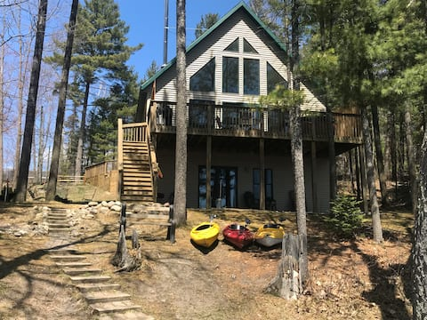 Bear's Den Cozy Lakefront Chalet w/Outdoor Hot Tub