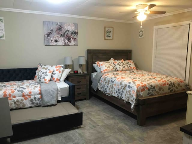 Just Like Being at Home- Newly Renovated Unit