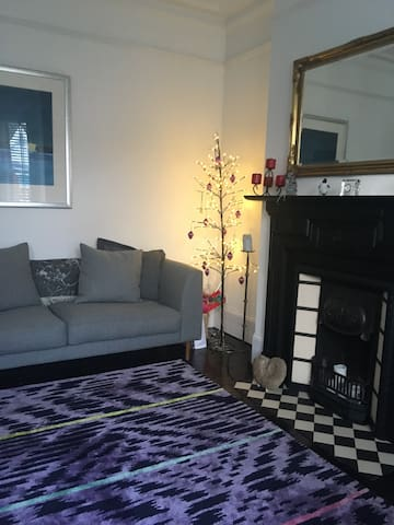 Tranquil well equipped room in friendly flat