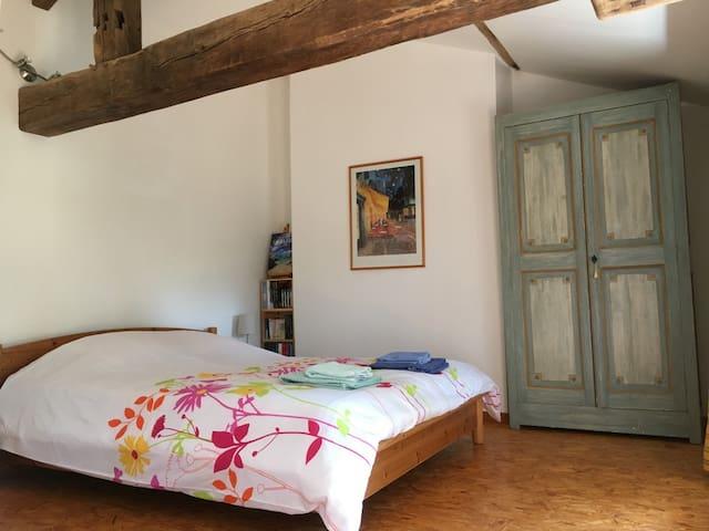 Chambre avec lit double et bureau