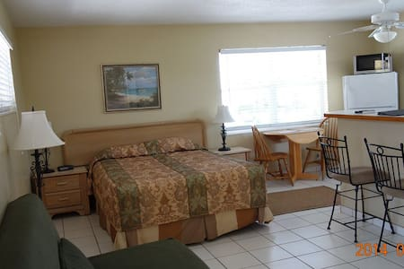 Queen Studios Up to 4 Guests  - Hollywood - Bed & Breakfast