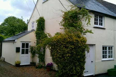 Cosy cottage with pretty garden - Kintbury