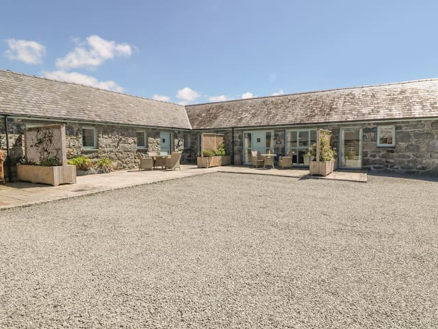 BWTHYN BACH, pet friendly, with pool in Talybont, Ref 970234