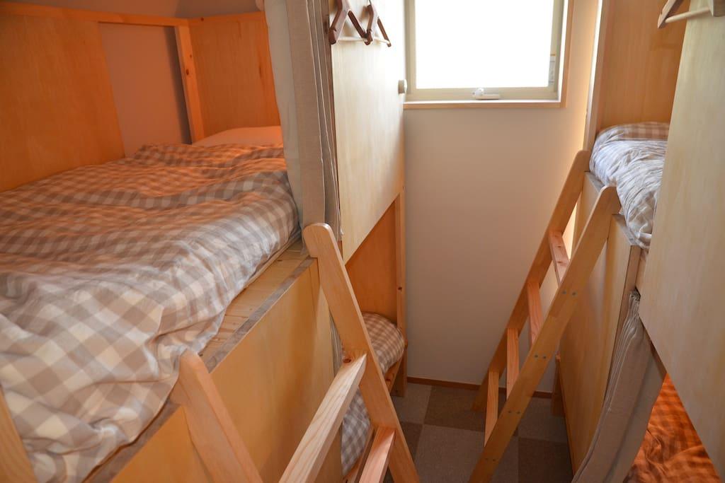 2段ベッドが2台置かれています。のぼりやすいハシゴがついています。