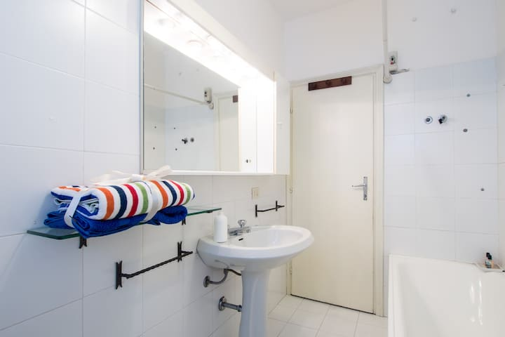 L'ampio e luminoso bagno!