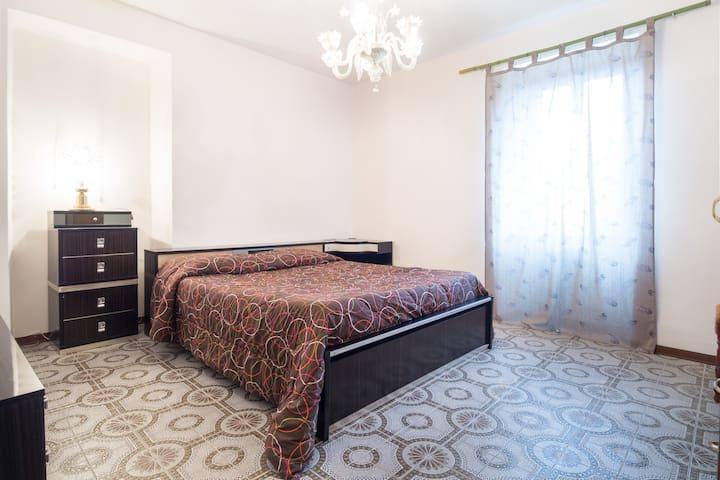 La camera è veramente vintage... ma a fare la differenza è la radio integrata nel letto e la consolle dei trucchi!